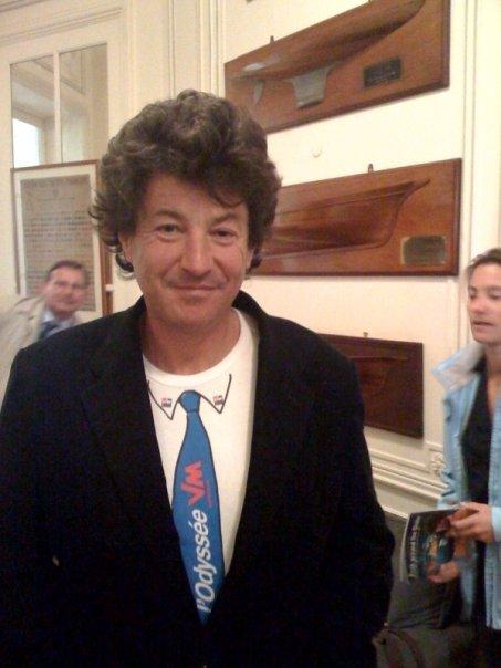 Jean Le Cam en cravate au Yacht-Club de Paris - agence logo